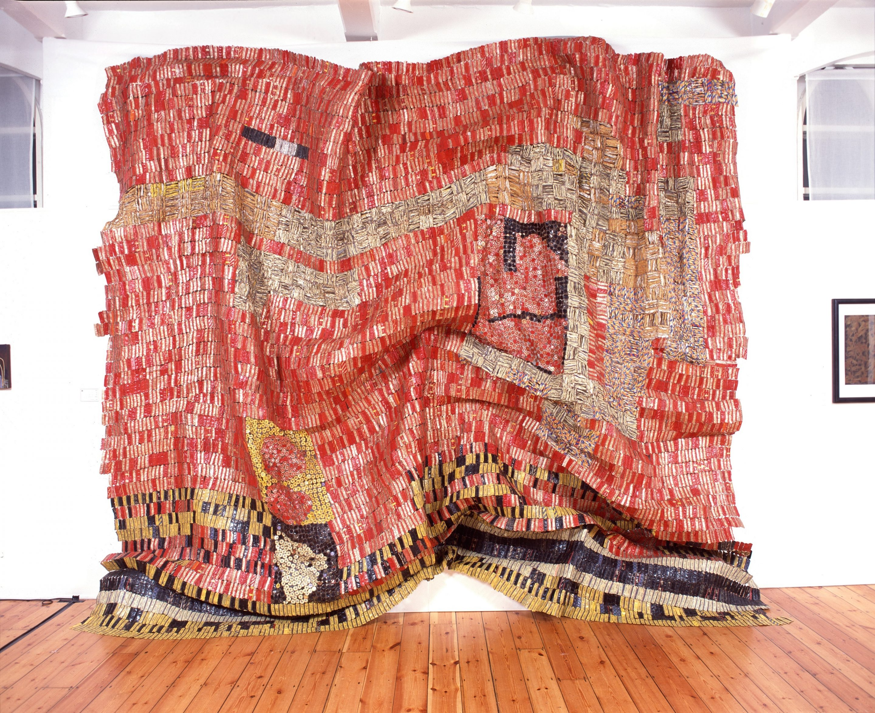 El Anatsui. Flag For A New World Power, 2004, Tapas de aluminio y alambre de cobre. Foto cortesía: October Gallery, Londres