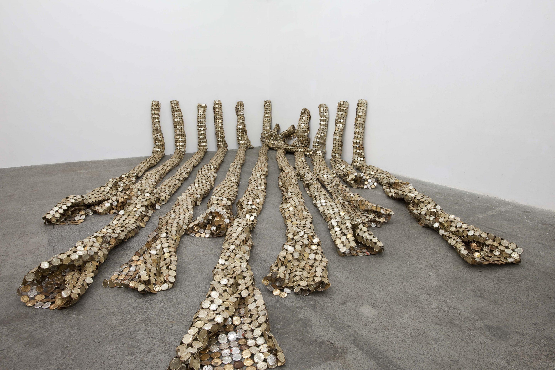 El Anatsui. Drainpipes, 2010, Latón y alambre de cobre. Foto cortesía: Jack Shainman Gallery