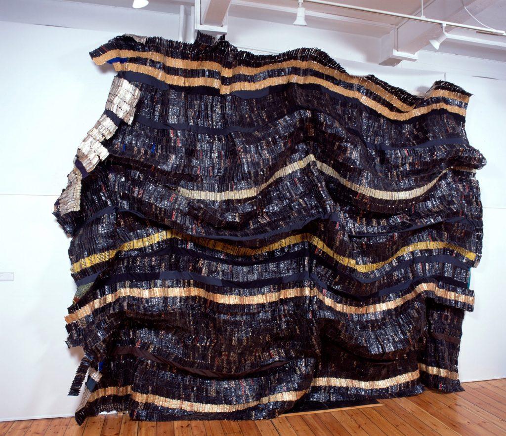 El Anatsui. Adrinka Sasa, 2003. Tapas aluminio de botellas de licor y alambre de cobre. Foto cortesía October Gallery, Londres.