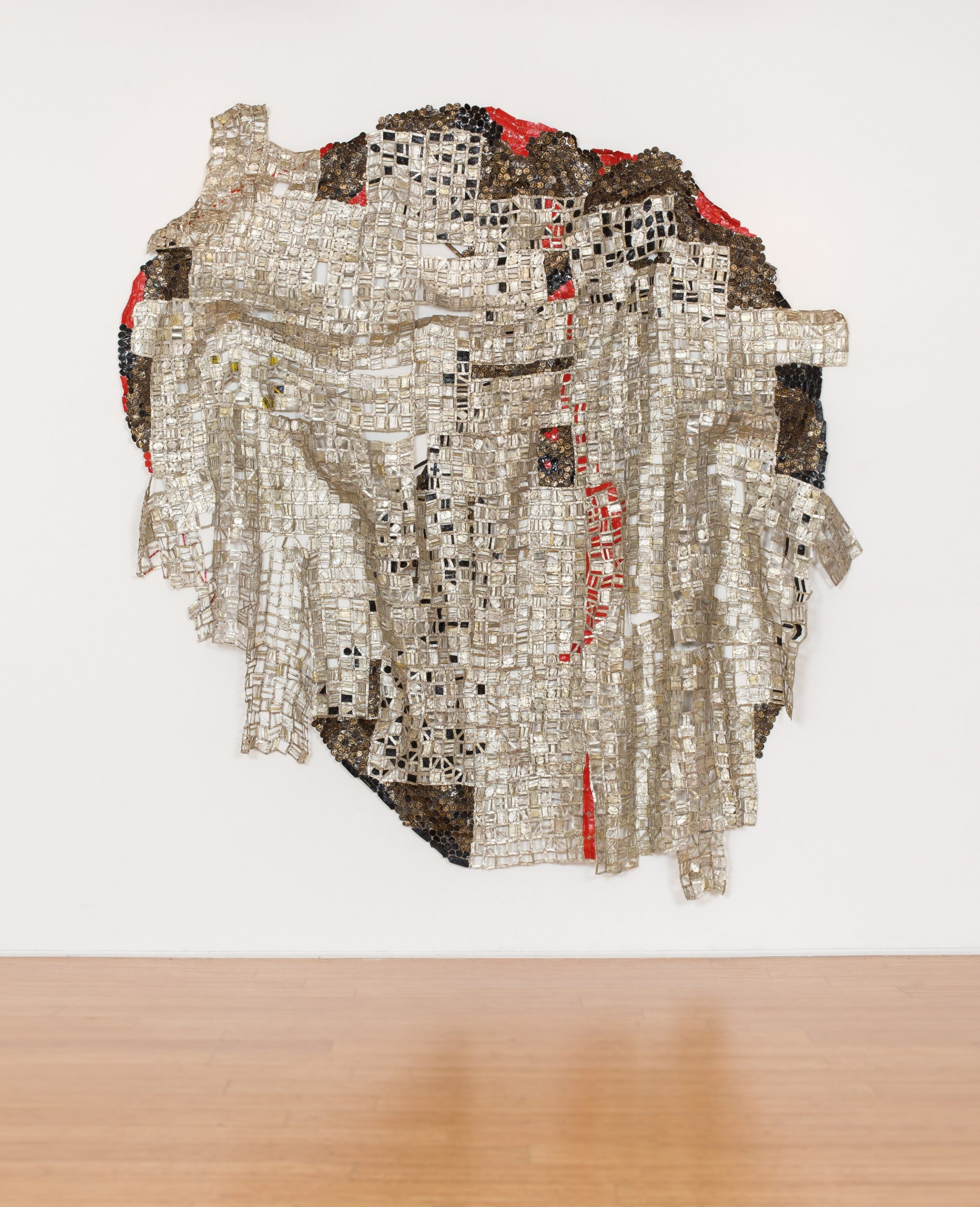 El Anatsui. Blood Of Sweat, 2015, Tapas de aluminio y alambre de cobre. Foto por Jonathan Greet