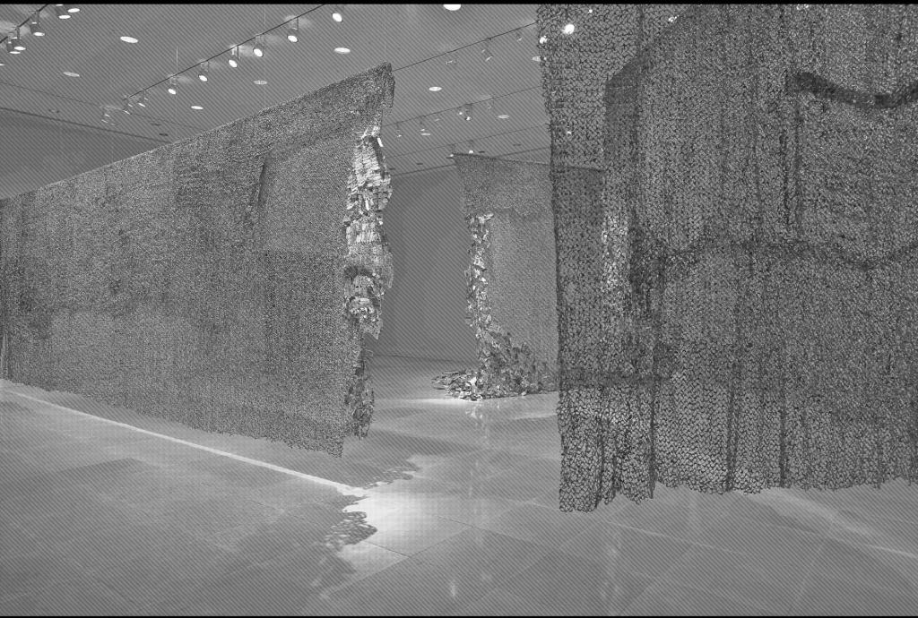 El Anatsui. Gli, 2010. Tapas aluminio de botellas de licor y alambre de cobre. Foto cortesía Jack Shainman Gallery