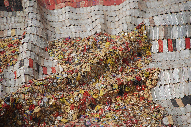 El Anatsui. Many Moons (Detalle), 2007. Tapas de aluminio y alambre de cobre. Foto por Susan Vogel.