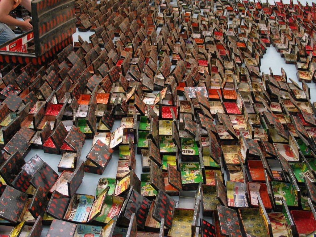 El Anatsui. Opening Market, 2004. Lata, papel, pintura, iroko y plywood. Aprox. 1755 piezas. Foto cortesía: Jack Shainman Gallery