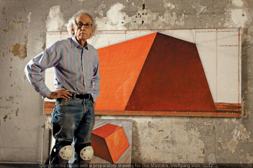 Christo en su estudio con un dibujo preparatorio para La mastaba. Foto Woelfang Volz. 2012