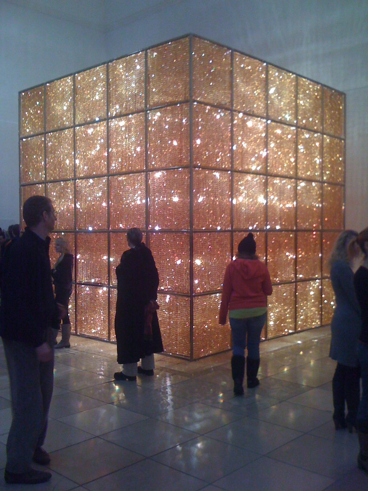 "Ai Weiwei. Cube Light, 2008. Exhibition ""So Sorry"", Haus der Kunst, Munich, Germany. Foto: Pittigrilli. Wikimedia commons."