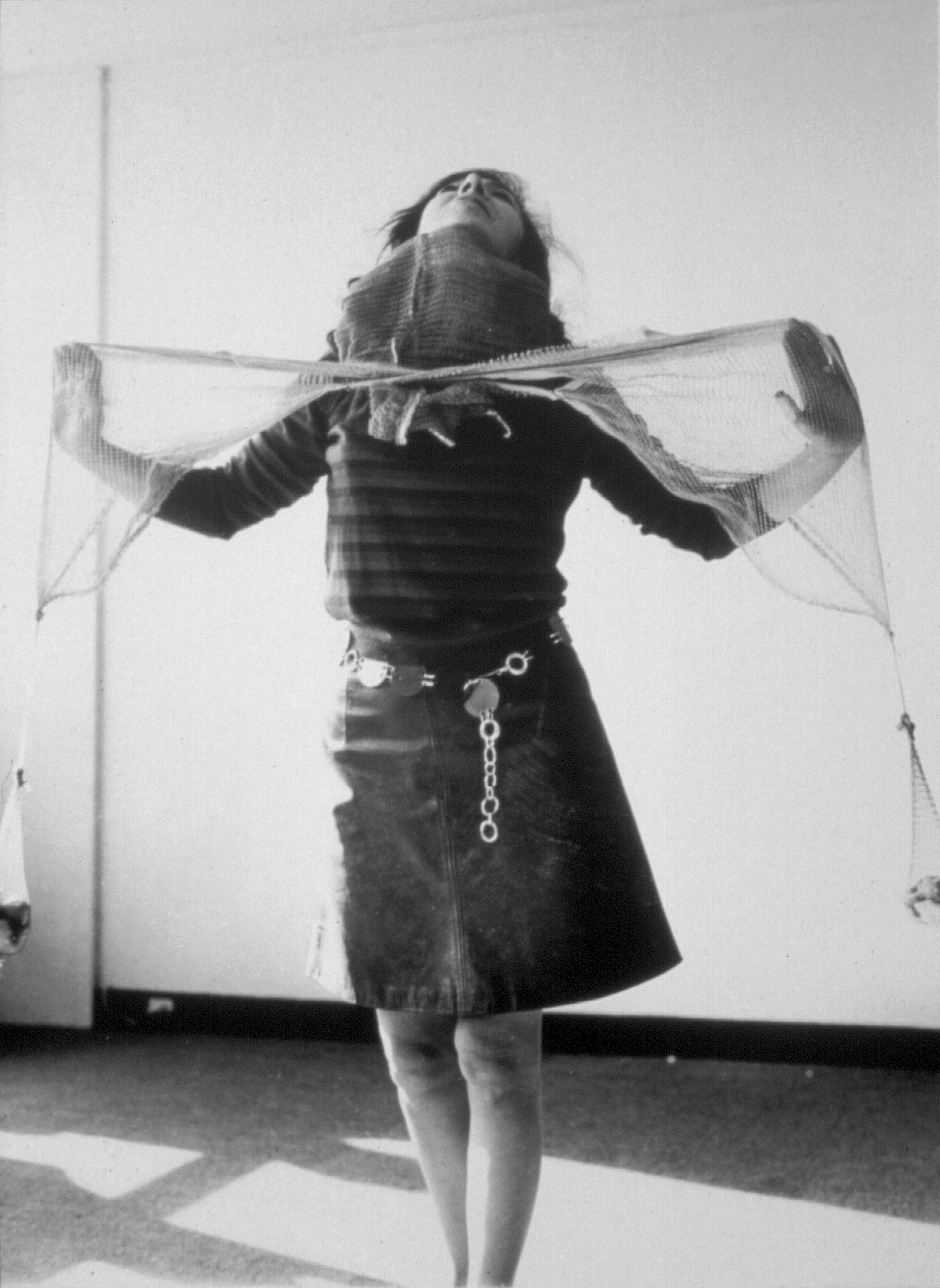 """Lygia Clark, Camisa de força, 1969. mostrada en uso probablemente en París, in 1969. Cortesía Associação Cultural """"O Mundode Lygia Clark,"""" Rio de Janeiro."""