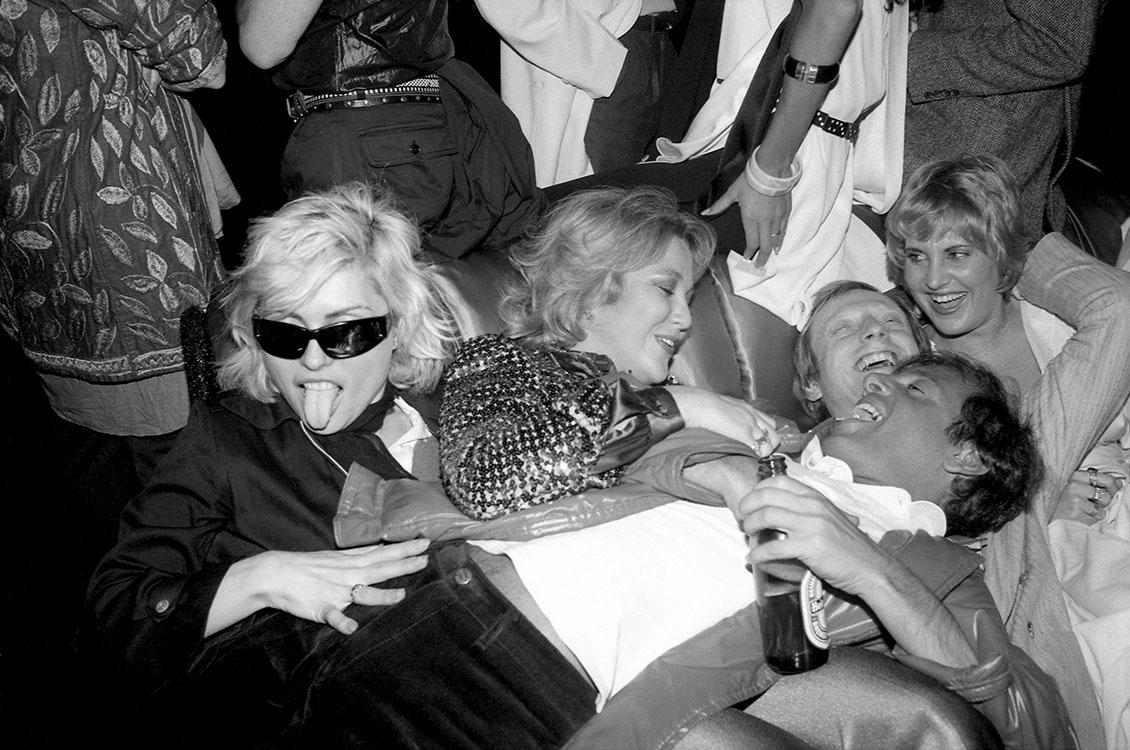 Debbie Harry, Lorna Luft con amigos en Studio 54. New York City, 1978.