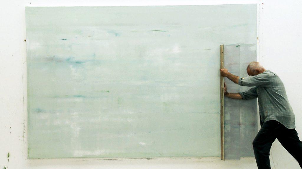 Gerhard Richter tranajando en una obra