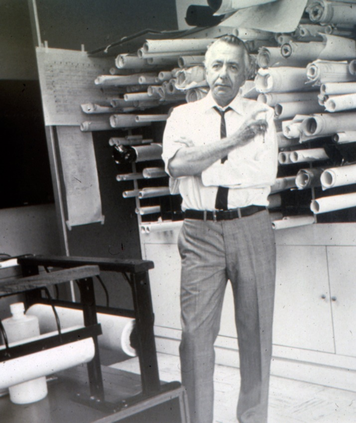 Tomás José Sanabria en su estudios de diseño