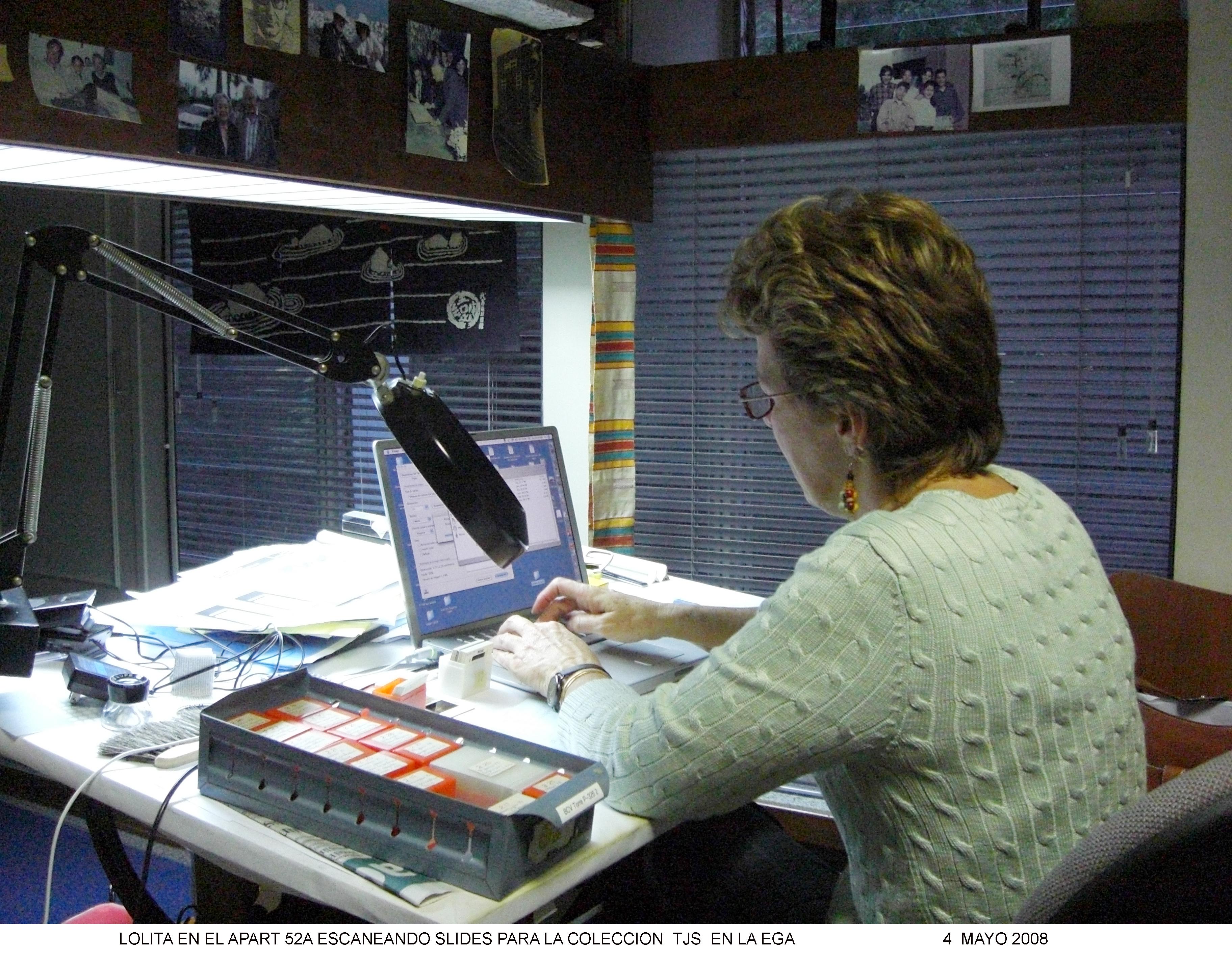 Loly trabajando en casa de papá, ya en temas de la Colección Sanabria, el mismo año que murió papá.
