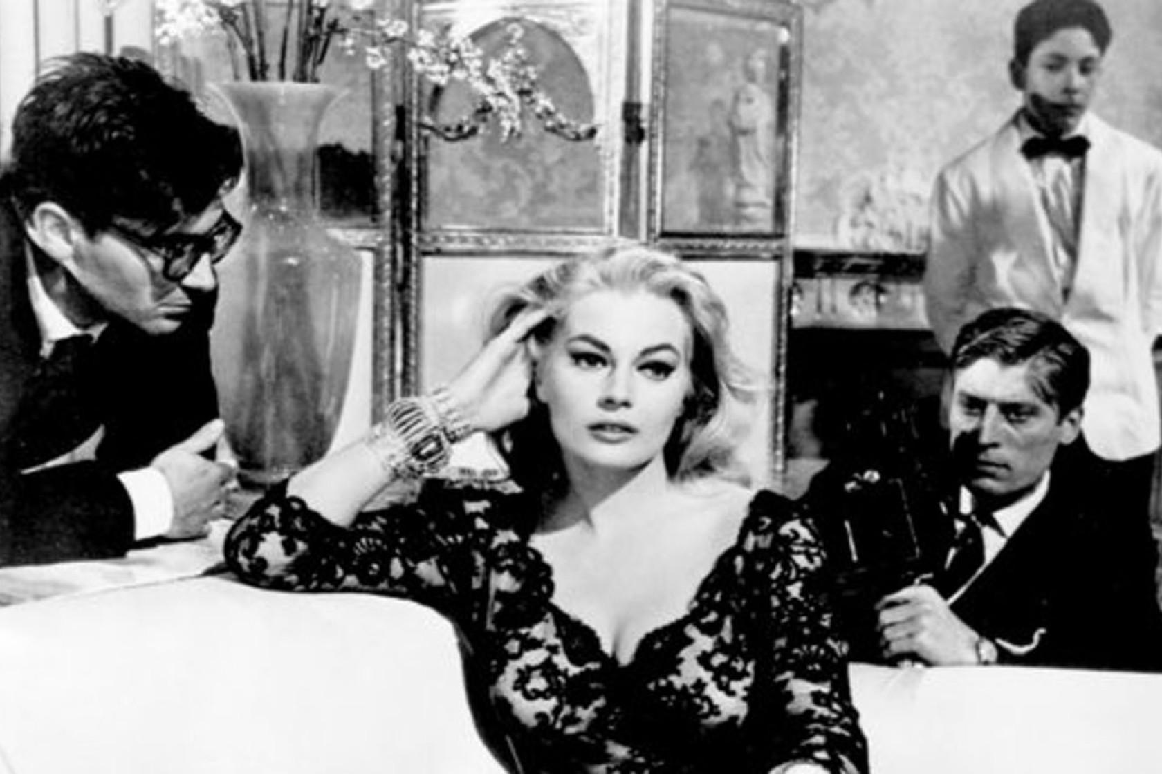 Anita Ekberg en una escena con papparazzi en La Dolce Vita
