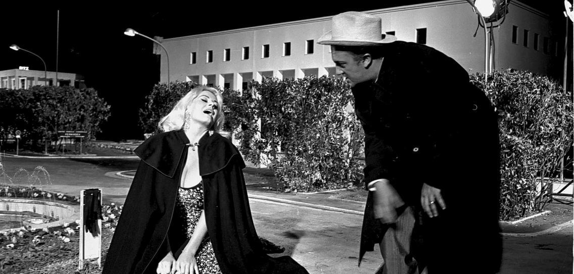 Federico Fellini dirigiendo a Anita Ekberg