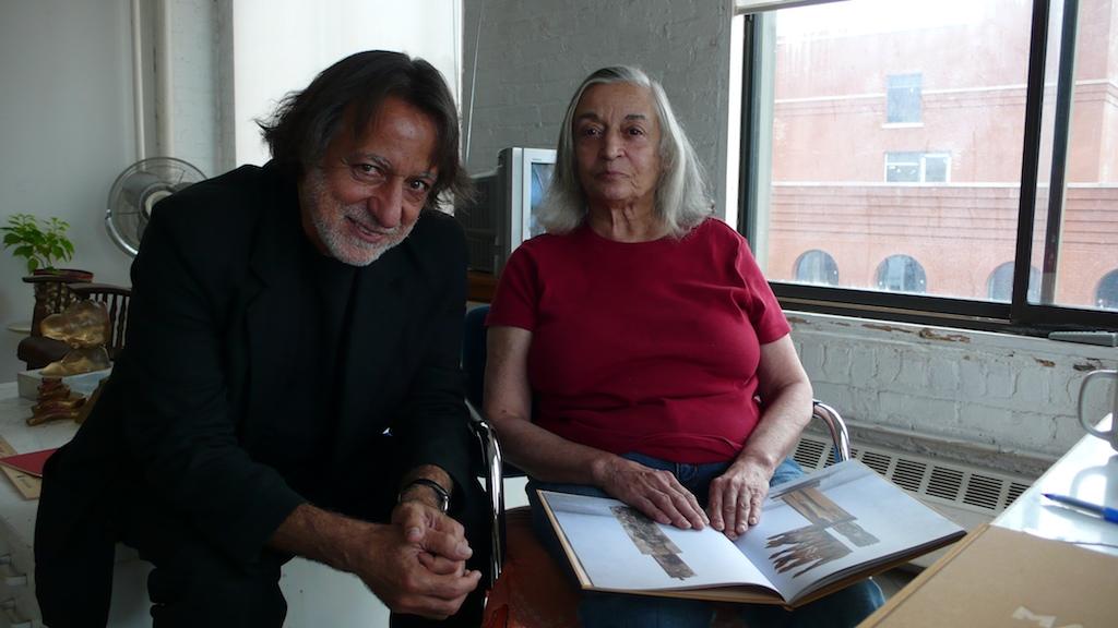 Marisol Escobar y Rolando Peña en su estudio, N.Y.C. 2008, Foto Ricardo Armas.