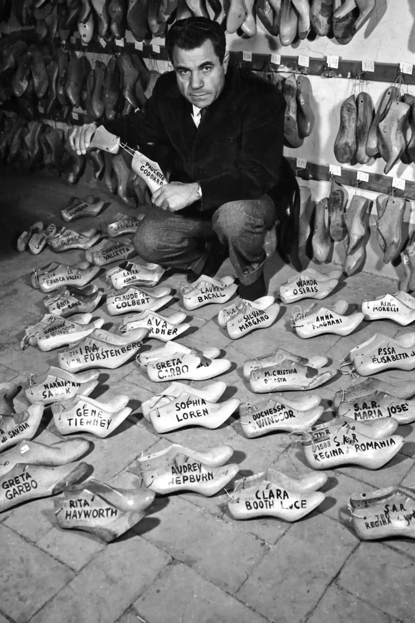 Salvatore Ferragamo con las plantillas de las estrellas a quienes les hacía zapatos
