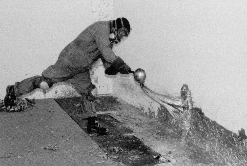12. Richard Serra durante el proceso de una de sus Splash