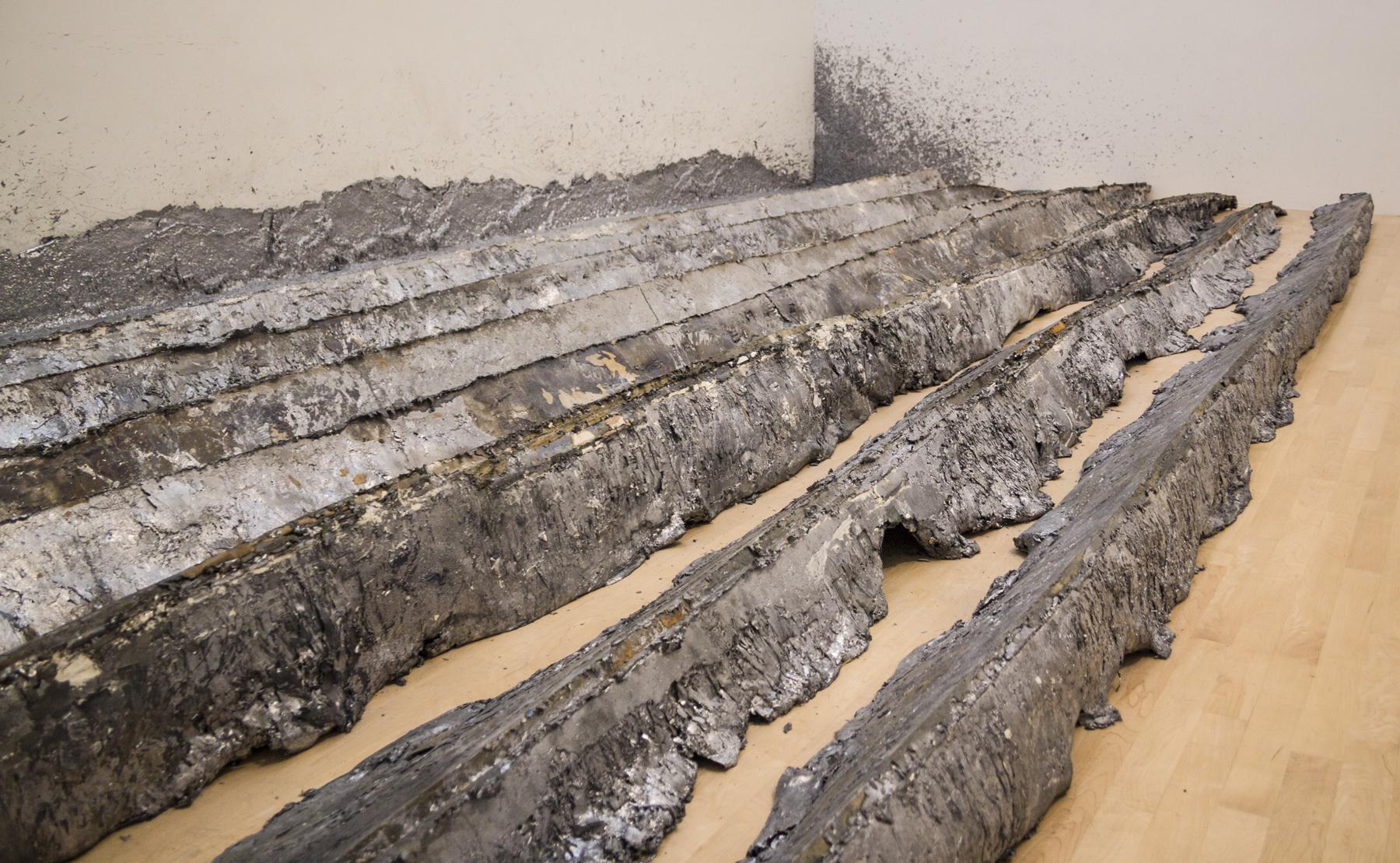 14. Splash/ Cast moldes de plomo una vez retirados y expuestos junto a la pared. Foto: Saul Rosenfield, © 2010, with permission of San Francisco Museum of Modern Art and the Studio of Richard Serra.