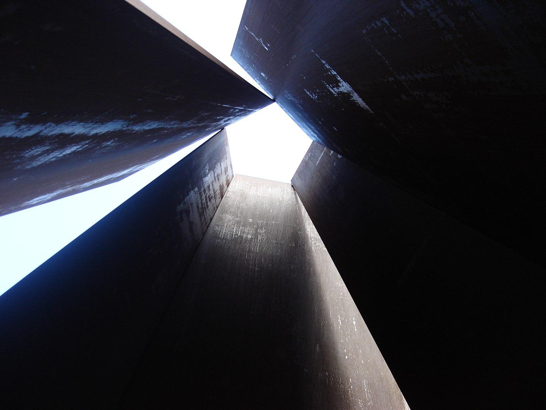 Fulcrum 1987, cerca de la Liverpool Street station, London. Richard Serra Foto Wikiquotes usuario Oxyman