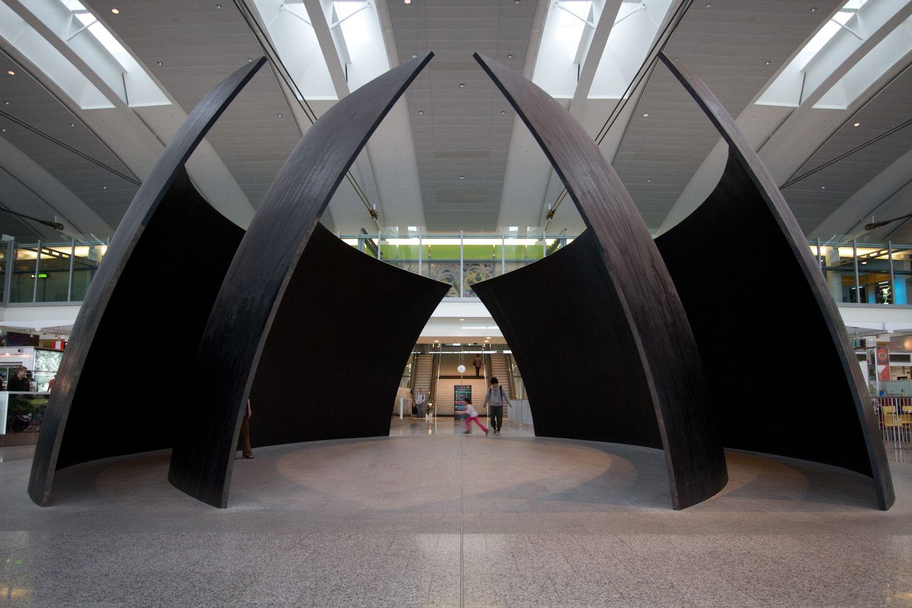 2. 2- Tilted spheres. Esferas inclinadas. Aeropuerto de Toronto. 2004