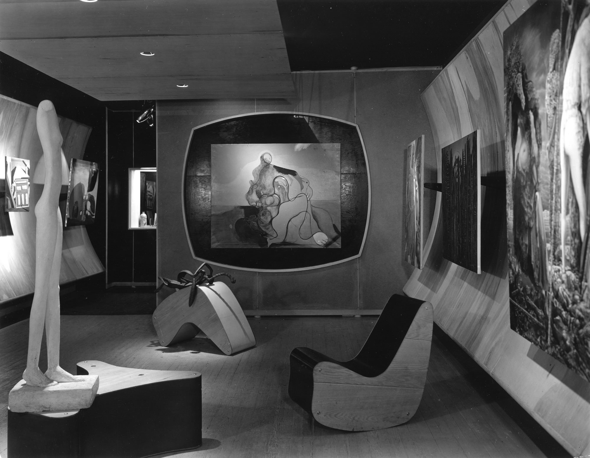 Art of This Century Gallery, 30 W. 57th Street, New York City, 1942 — galería diseñada por Frederick Kiesler.