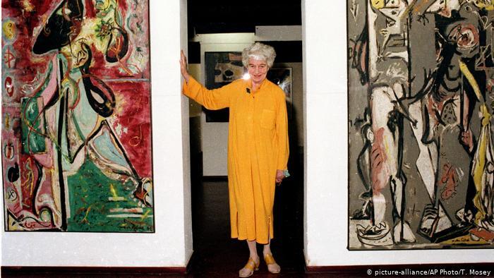 Guggenheim posando con pinturas de Jackson Pollock en su casa 1979